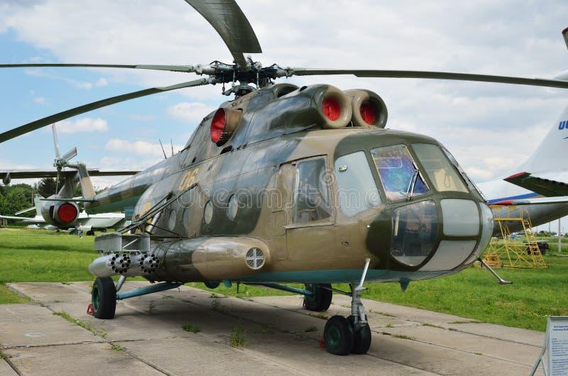Helicóptero de múltiplos propósitos Mi-8MT no campo imagens de stock royalty free