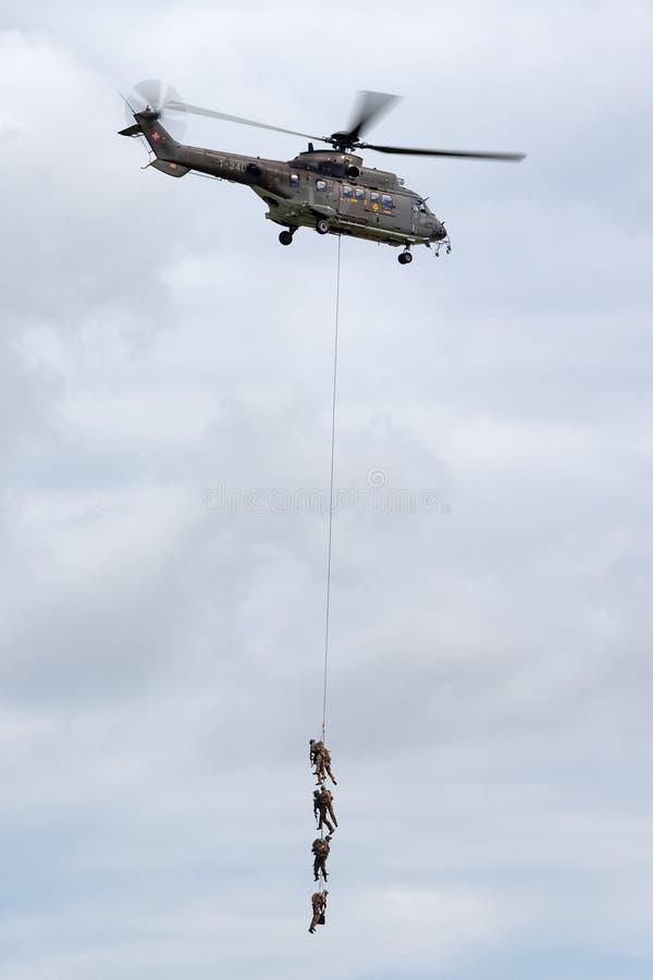 Helicóptero de serviço público militar suíço T-340 de Aeroespacial AS532 TH98 da força aérea que transporta tropas pela suspensão imagens de stock