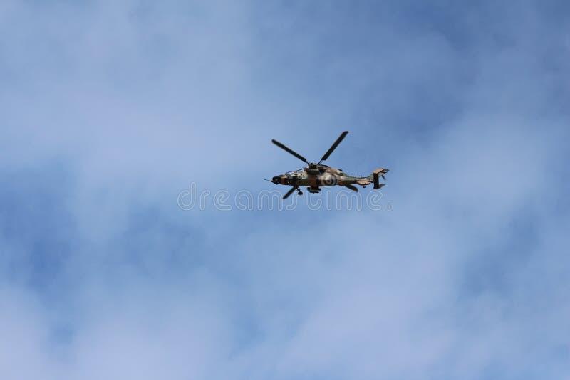 Helicóptero del ejército en vuelo fotografía de archivo libre de regalías