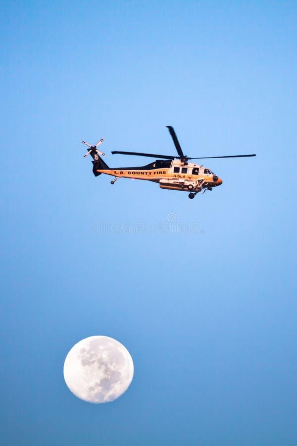 Helicóptero del fuego del condado de Los Angeles y Luna Llena fotografía de archivo