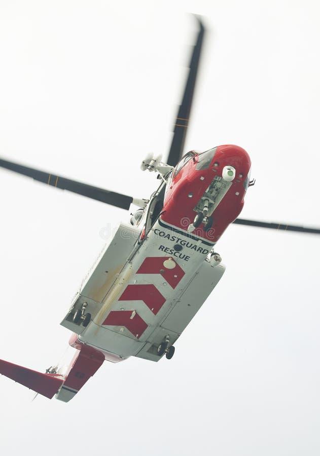 Helicóptero del rescate del guardacostas en la acción escocia Reino Unido foto de archivo