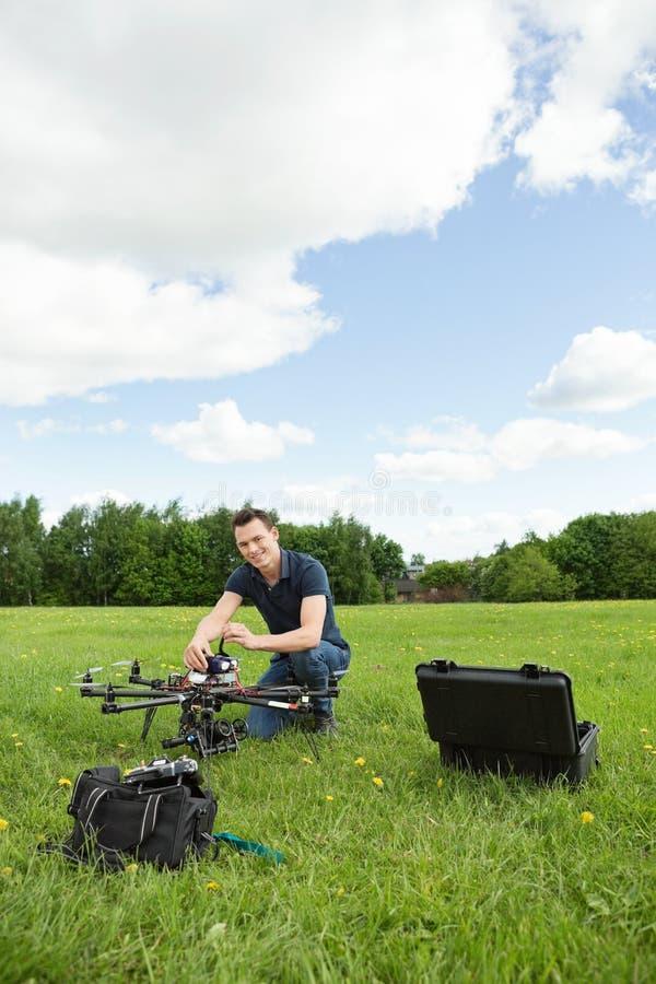 Helicóptero del UAV de Assembling del técnico fotografía de archivo libre de regalías