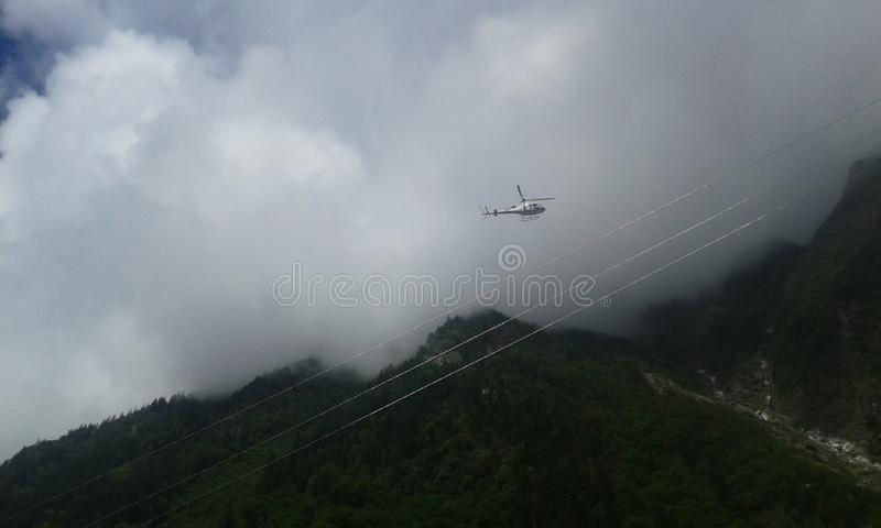 Helicóptero do inseto entre os montes foto de stock royalty free
