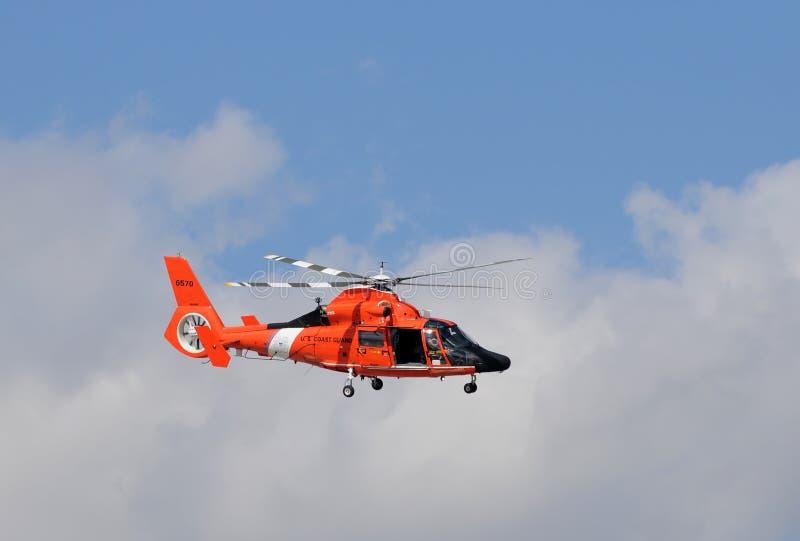 Helicóptero do protetor de costa dos E.U. que parte na patrulha imagens de stock