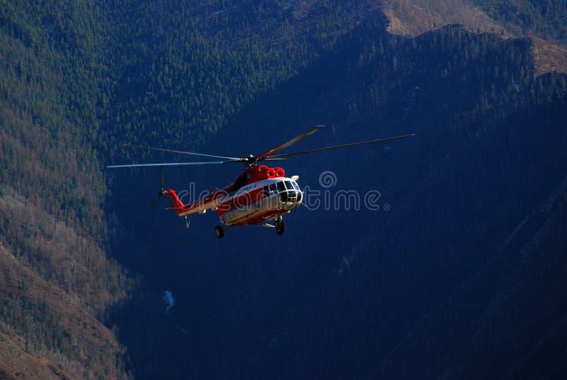 Helicóptero do russo nas montanhas de Altai imagens de stock