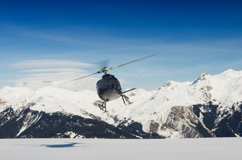 Helicóptero do salvamento da montanha no vôo fotografia de stock