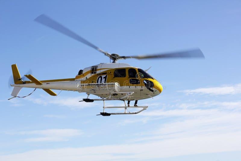 Helicóptero do salvamento e céu azul fotografia de stock royalty free