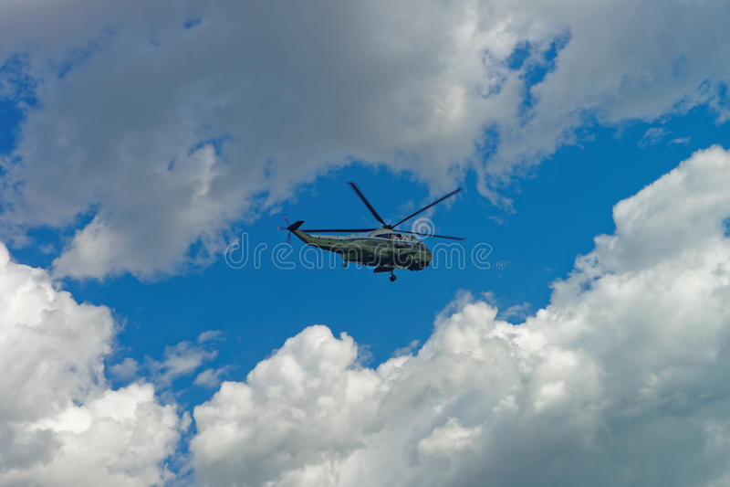 Helicóptero do voo no céu no Washington DC fotos de stock