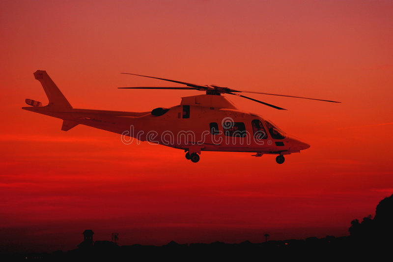 Helicóptero durante o por do sol fotos de stock