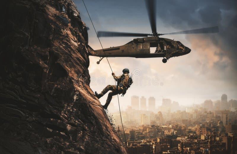 Helicóptero e forças militares entre o fogo e o fumo na cidade destruída fotografia de stock royalty free