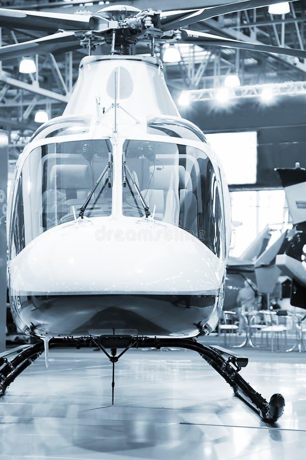 Helicóptero em um hangar. fotos de stock royalty free
