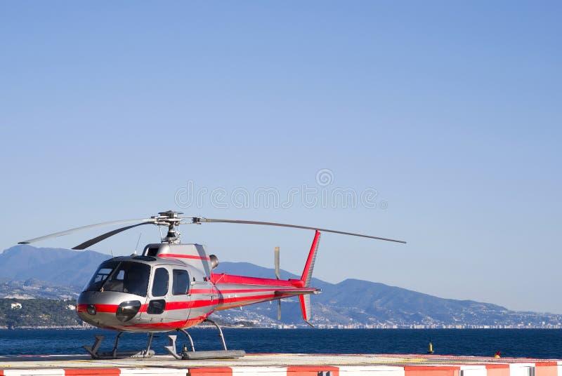 Helicóptero em uma área de aterragem imagem de stock