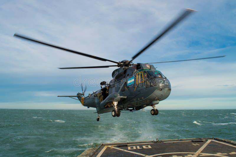 Helicóptero en cubierta de vuelo imágenes de archivo libres de regalías