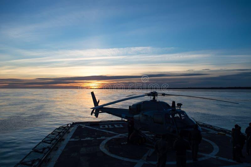 Helicóptero en cubierta de vuelo foto de archivo libre de regalías