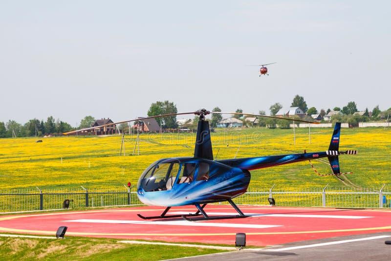 Helicóptero en helipuerto fotografía de archivo