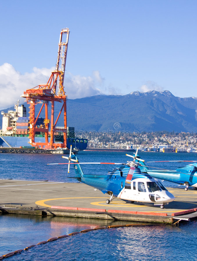 Helicóptero en la plataforma fotos de archivo