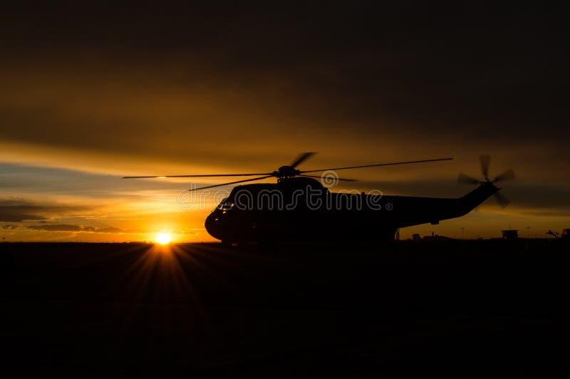 Helicóptero en la salida del sol imagenes de archivo