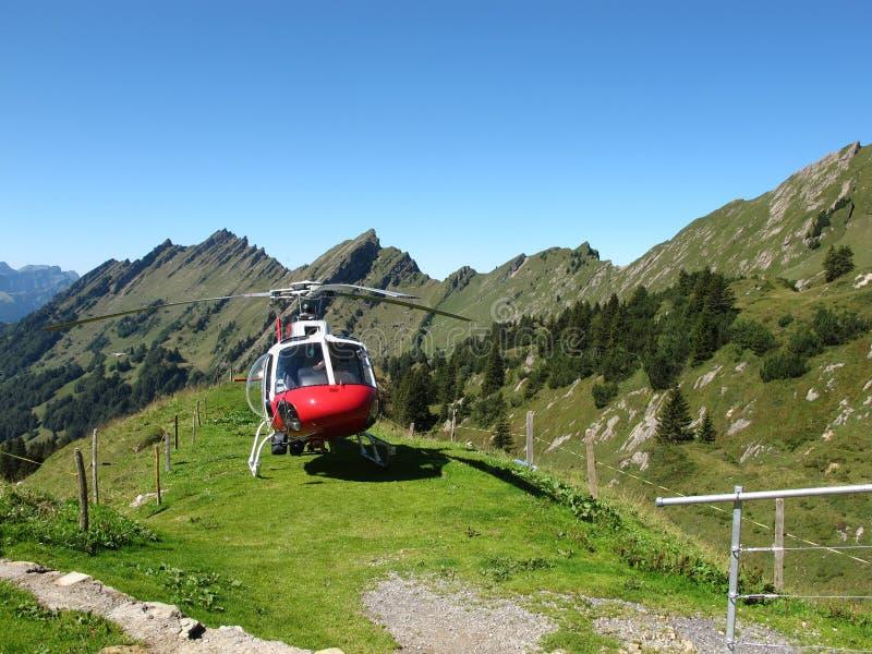 Helicóptero en las montañas imagen de archivo libre de regalías