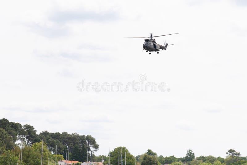 Helicóptero francês militar na missão no céu da nuvem imagem de stock royalty free