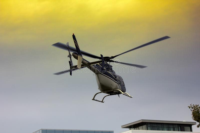 Helicóptero leve ao aterrar no heliporto fotos de stock royalty free