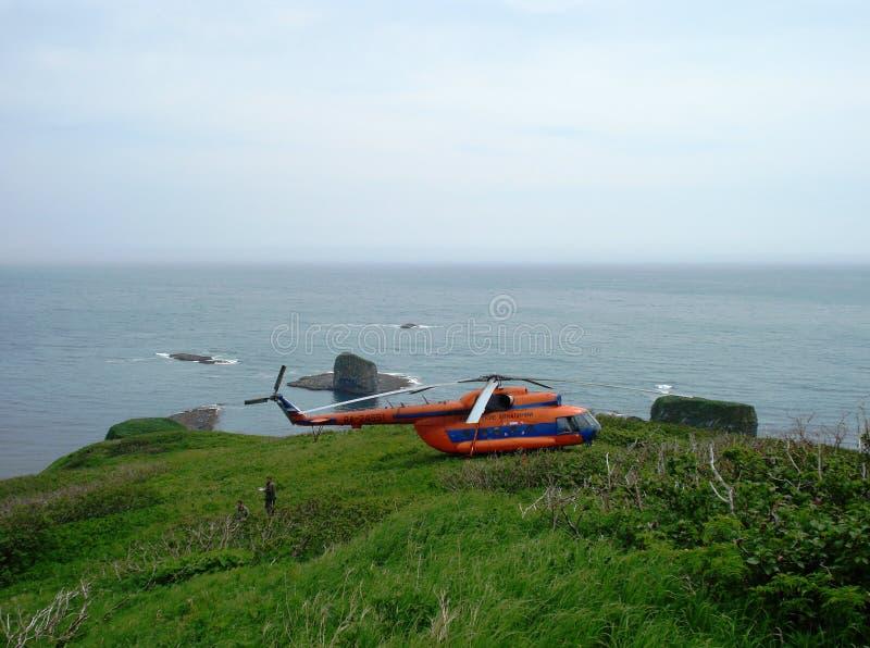 Helicóptero Mi-8 en las islas de Kuril foto de archivo