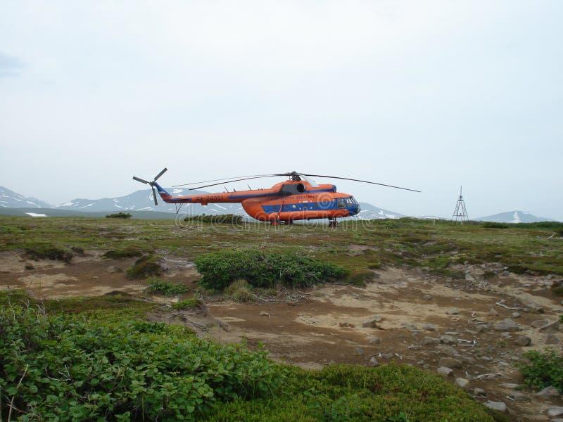 Helicóptero Mi-8 en las islas de Kuril imagen de archivo