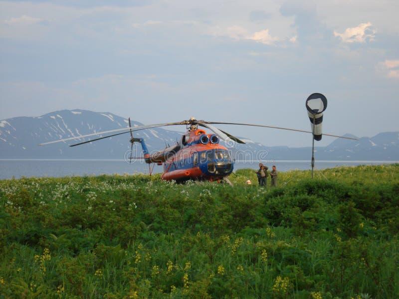 Helicóptero Mi-8 en las islas de Kuril fotografía de archivo
