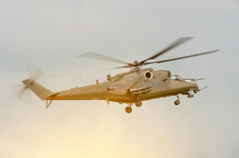 Helicóptero militar com as armas no céu foto de stock