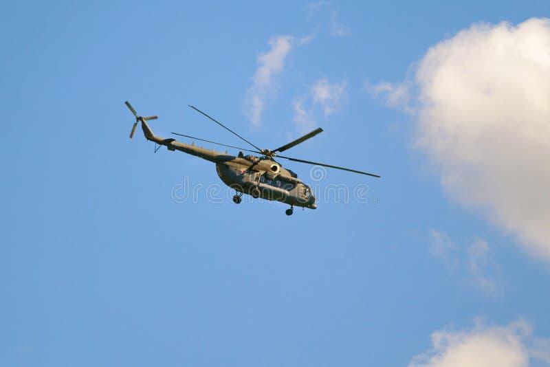 Helicóptero militar de la fuerza aérea de la Federación Rusa en el editorial del cielo azul fotografía de archivo libre de regalías
