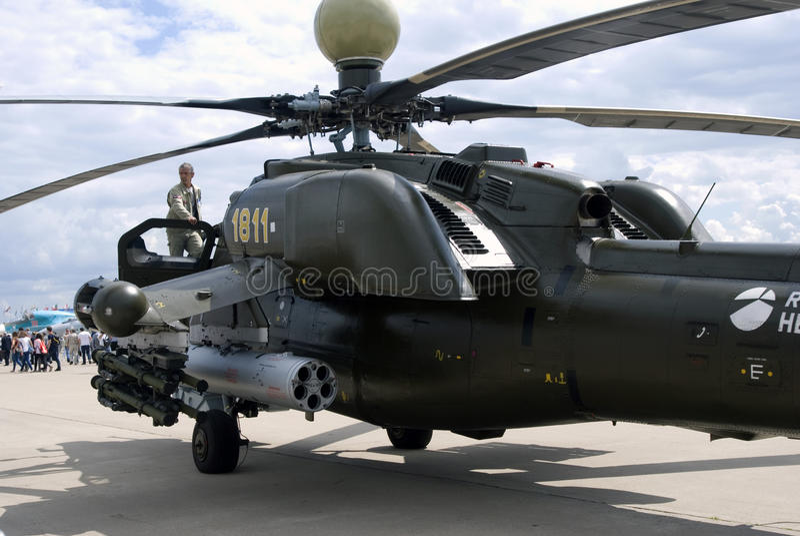 Helicóptero militar en el salón aeroespacial internacional MAKS-2017 de MAKS imagenes de archivo