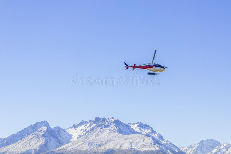Helicóptero não identificado que voa sobre a costa oeste surpreendente, ilha sul, Nova Zelândia foto de stock