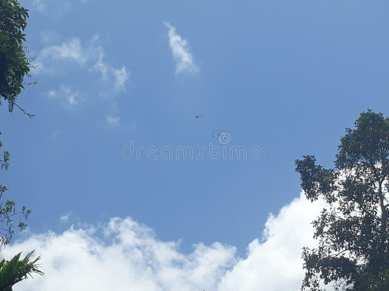 Helicóptero no céu foto de stock royalty free