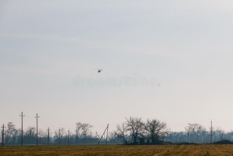 Helicóptero no céu azul fotos de stock royalty free