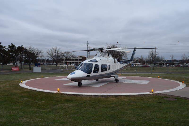 Helicóptero no heliporto com médico Sign imagem de stock