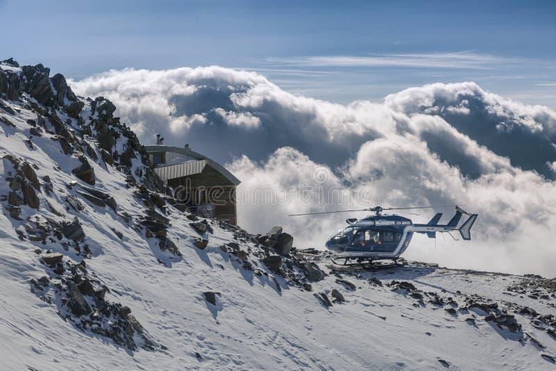 Helicóptero nos cumes franceses, sobre as nuvens fotografia de stock royalty free