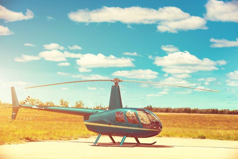 Helicóptero parqueado en el helipuerto imágenes de archivo libres de regalías