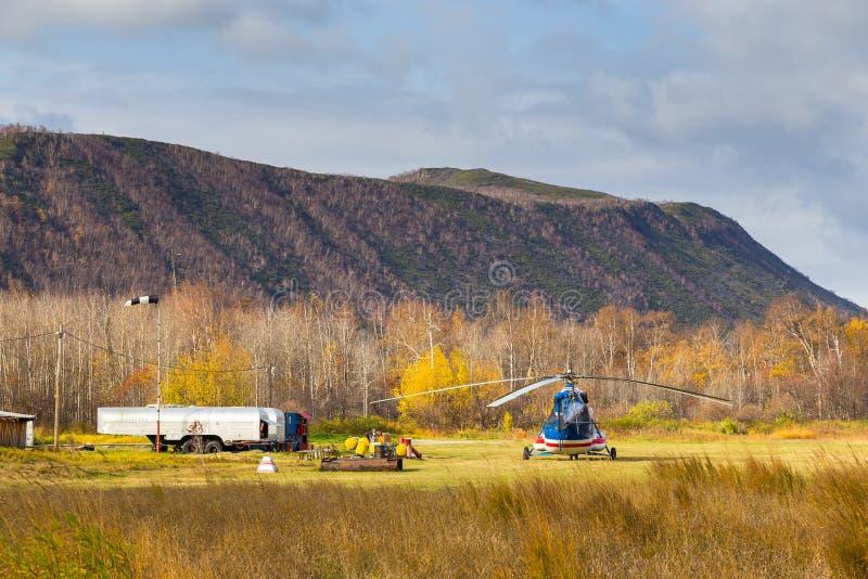 Helicóptero parqueado en un pequeño aeropuerto, Anavgay, Rusia imagenes de archivo