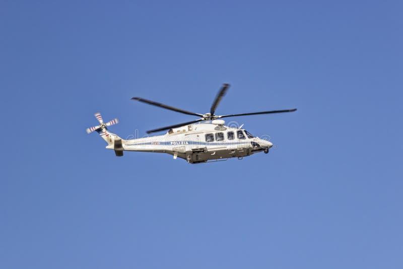 Helicóptero policial en vuelo foto de archivo libre de regalías