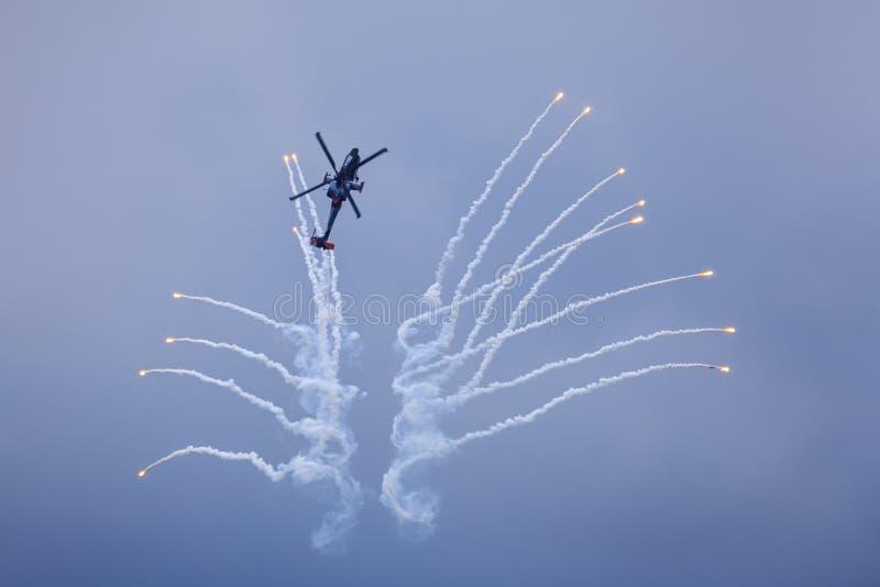 Helicóptero que libera alargamentos fotografia de stock