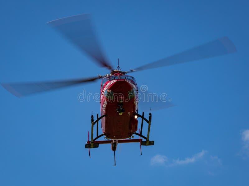 Helicóptero que viene adentro para un aterrizaje imagenes de archivo