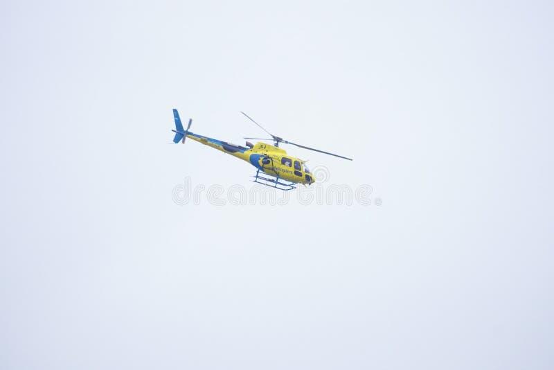 Helicóptero que voa o circuito do GP de Moto foto de stock