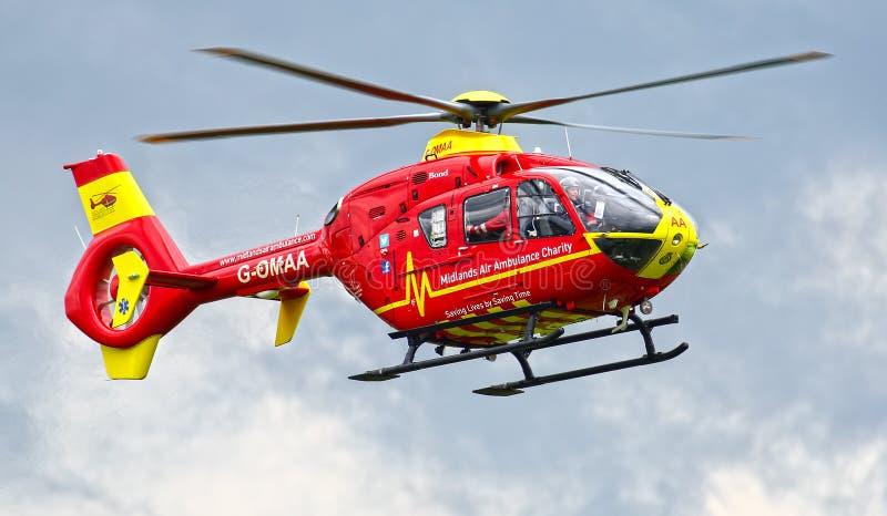 Helicóptero rojo de la ambulancia aérea fotos de archivo