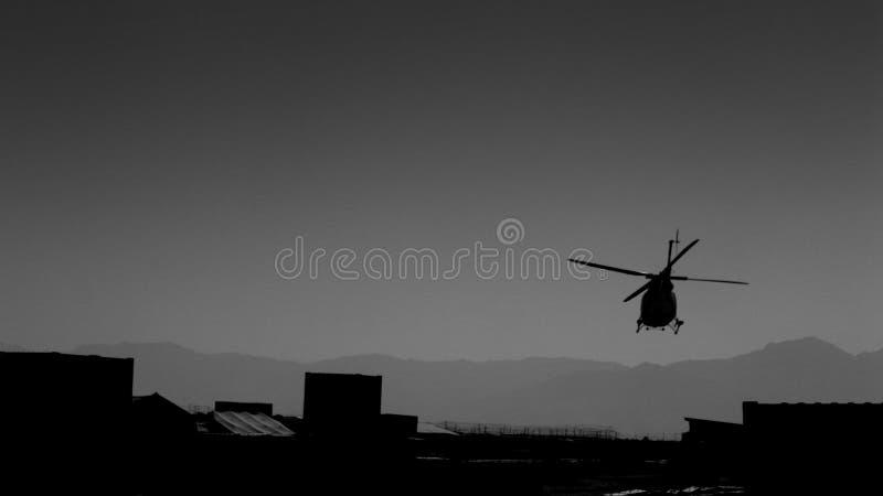 Helicóptero sobre base afgana fotografía de archivo