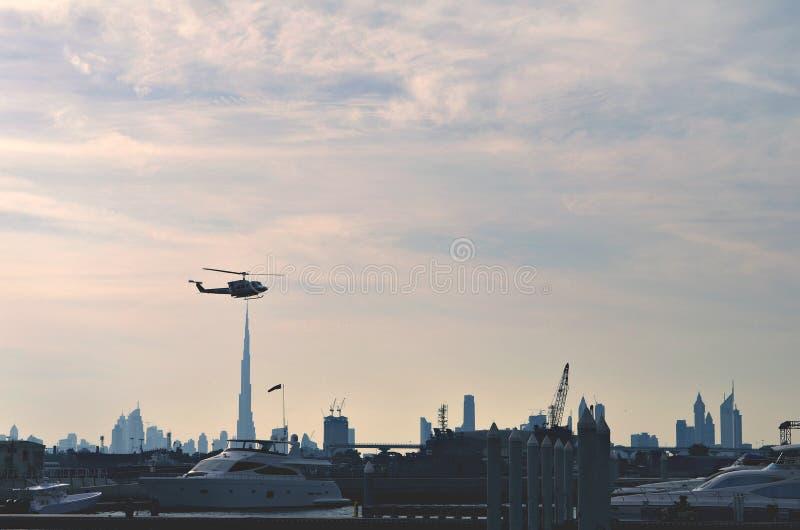 Helicóptero sobre Burj Khalifa fotos de stock royalty free