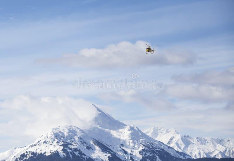 Helicóptero sobre las montañas imágenes de archivo libres de regalías