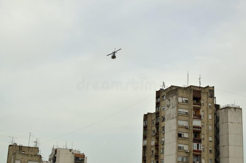 Helicóptero sobre uma cidade foto de stock