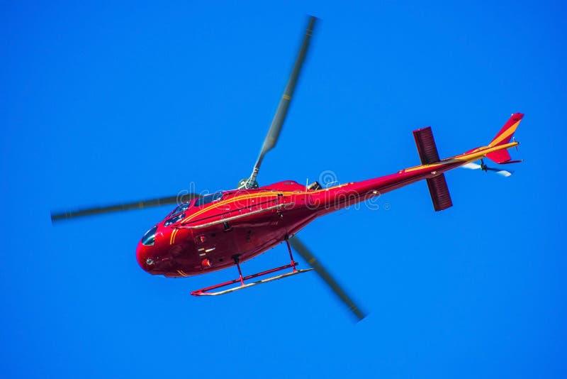 Helicóptero vermelho no céu imagens de stock royalty free
