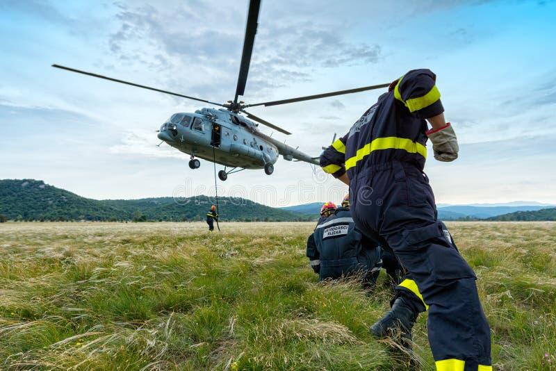 Helicóptero y bomberos 2 fotos de archivo libres de regalías