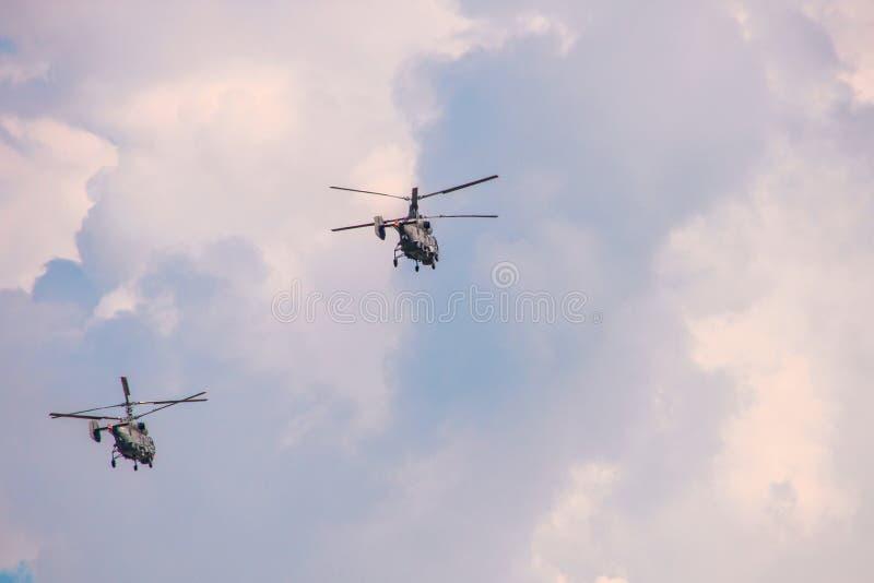 Helicópteros com duas hélices em um céu nebuloso imagem de stock