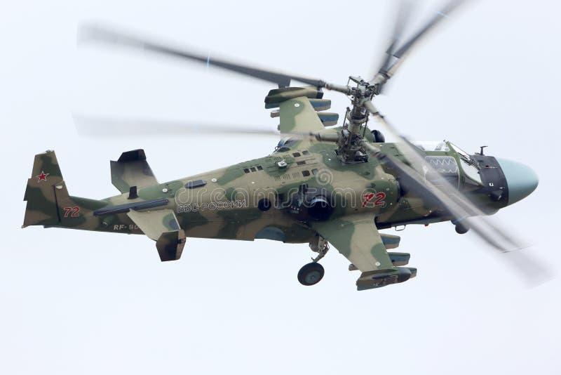 Helicópteros de ataque de Kamov Ka-52 RF-90387 de la fuerza aérea rusa durante ensayo del desfile de Victory Day en la base de la fotos de archivo